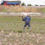 有機肥料を散布しました。(^o^)