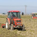 トラクターによる耕起が始まりました(^^)/~~~