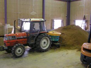 育苗用の肥料混合してます
