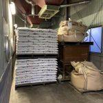 倉庫の中に積まれた来年の肥料1300袋