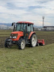 とらくたーによる耕起作業