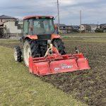 トラクターによる耕起作業